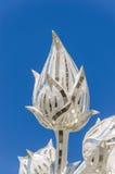 Lotus med blå himmel av den Wat Rong Khun templet i Chiang Rai, Thailand Royaltyfri Foto
