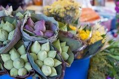 Lotus sålde sålt i packar för att be i tempel Royaltyfria Bilder