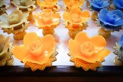 Lotus stearinljus i en buddistisk tempel arkivbilder