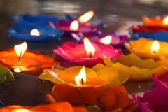 Lotus stearinljus, lampa, lykta, ljus som svävar stearinljus för att vara blommalotusblomma som bränns på yttersidaflötet på vatt Fotografering för Bildbyråer