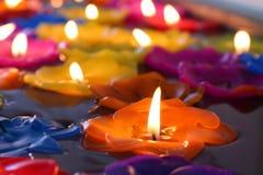 Lotus stearinljus, lampa, lykta, ljus som svävar stearinljus för att vara blommalotusblomma som bränns på yttersidaflötet på vatt Arkivfoton