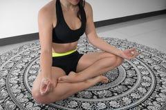 Lotus stelt binnen, zoemt, yogamat stock foto's