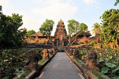 Lotus-Teich und hindischer Tempel, Ubud, Bali Lizenzfreies Stockbild