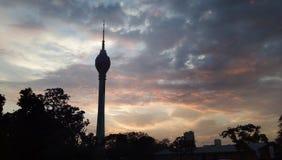 Lotus Tower por la tarde con puesta del sol y las nubes en el cielo fotografía de archivo libre de regalías