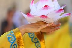 lotusblommablomma som stöttas av händerna av den orientaliska dansaren Arkivfoto