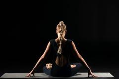lotusblommar placerar den sittande kvinnan Royaltyfri Fotografi