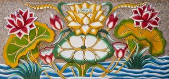 lotusblommaskulpturvägg Arkivfoto