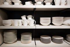 Louça branca em prateleiras Imagem de Stock