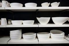 Louça branca em prateleiras Fotografia de Stock