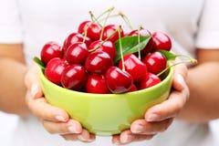 Louça com cerejas Imagem de Stock