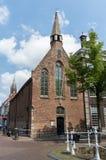 Louça de Delft de Sint Hippolytuskapel com Nieuwe Kerk no fundo Imagens de Stock Royalty Free