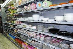 Louça em prateleiras no mercado Fotos de Stock Royalty Free
