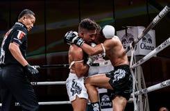 Lou Jim de China e Jean Nascimento de Brasil na luta tailandesa orgulhosa ser tailandês Imagem de Stock