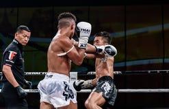 Lou Jim de China e Jean Nascimento de Brasil na luta tailandesa orgulhosa ser tailandês Imagens de Stock