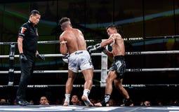 Lou Jim de China e Jean Nascimento de Brasil na luta tailandesa orgulhosa ser tailandês Foto de Stock