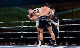 Lou Jim de China y Jean Nascimento del Brasil en la lucha tailandesa orgullosa ser tailandés Imagenes de archivo