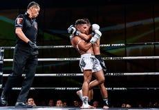 Lou Jim de China y Jean Nascimento del Brasil en la lucha tailandesa orgullosa ser tailandés Fotos de archivo
