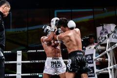 Lou Jim de la Chine et Jean Nascimento du Brésil dans le combat thaïlandais fier d'être thaïlandais Image stock