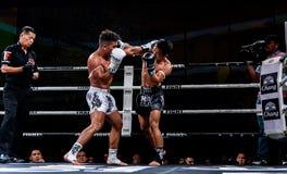 Lou Jim della Cina e Jean Nascimento del Brasile nella lotta tailandese fiera essere tailandese Fotografie Stock