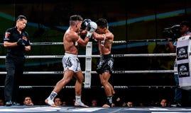 Lou Jim della Cina e Jean Nascimento del Brasile nella lotta tailandese fiera essere tailandese Immagini Stock