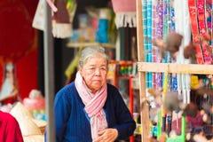 LOUANGPHABANG,老挝- 2017年1月11日:一名年长妇女在城市市场上 户外重点有选择性的射击 免版税库存照片