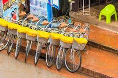 LOUANGPHABANG,老挝- 2017年1月11日:停车场的看法自行车的 特写镜头 免版税库存图片