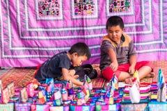 LOUANGPHABANG,老挝- 2017年1月11日:儿童出售纪念品在地方市场上 特写镜头 图库摄影