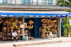 LOUANGPHABANG,老挝- 2017年1月11日:在纪念品店的柳条工艺品在地方rynkke 复制文本的空间 免版税库存图片