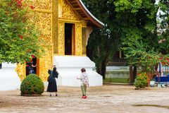 LOUANGPHABANG,老挝- 2017年1月11日:Wat Xieng皮带葬礼教堂  复制文本的空间 免版税库存照片