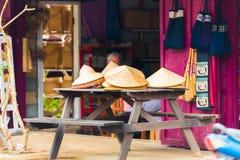 LOUANGPHABANG, ΛΑΟΣ - 11 ΙΑΝΟΥΑΡΊΟΥ 2017: Καπέλα στην αγορά πόλεων Διάστημα αντιγράφων για το κείμενο Στοκ Φωτογραφία