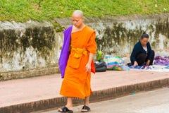 LOUANGPHABANG, ЛАОС - 11-ОЕ ЯНВАРЯ 2017: Монахи на улице города в Louangphabang, Лаосе Скопируйте космос для текста Стоковое Изображение