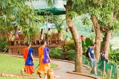 LOUANGPHABANG, ЛАОС - 11-ОЕ ЯНВАРЯ 2017: Монахи на улице города в Louangphabang, Лаосе Скопируйте космос для текста Стоковые Фотографии RF