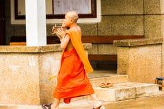 LOUANGPHABANG, ЛАОС - 11-ОЕ ЯНВАРЯ 2017: Монахи на улице города Скопируйте космос для текста Стоковое Фото