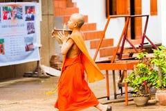 LOUANGPHABANG, ЛАОС - 11-ОЕ ЯНВАРЯ 2017: Монахи на улице города Скопируйте космос для текста Стоковые Фотографии RF