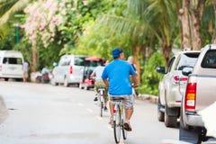 LOUANGPHABANG, ЛАОС - 11-ОЕ ЯНВАРЯ 2017: Человек на велосипедах на улице города Скопируйте космос для текста Стоковое Фото