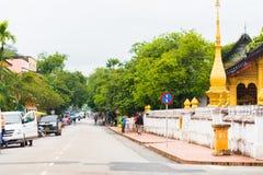 LOUANGPHABANG, LAOS - 11 GENNAIO 2017: Vista alla via vicino al tempio Wat Sensoukaram Copi lo spazio per testo Immagini Stock Libere da Diritti