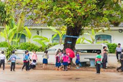 LOUANGPHABANG, LAOS - JANUARI 11, 2017: Kinderen in de schoolwerf Exemplaarruimte voor tekst Royalty-vrije Stock Foto