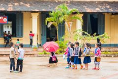 LOUANGPHABANG, LAOS - JANUARI 11, 2017: Kinderen in de schoolwerf Exemplaarruimte voor tekst Stock Foto's