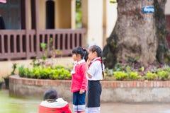 LOUANGPHABANG, LAOS - JANUARI 11, 2017: Kinderen in de schoolwerf Exemplaarruimte voor tekst Close-up Stock Foto's