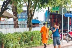 LOUANGPHABANG, LAOS - JANUARI 11, 2017: Monnik in de stadsstraat Exemplaarruimte voor tekst Stock Afbeelding
