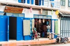 LOUANGPHABANG LAOS - JANUARI 11, 2017: Sikten av fasaden av souvenir shoppar Närbild Arkivbilder