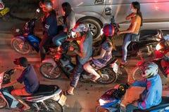 LOUANGPHABANG, LAOS - 11 JANVIER 2017 : Un groupe de personnes sur des motos Vue supérieure Photos stock