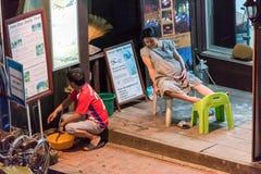 LOUANGPHABANG LAOS, STYCZEŃ, - 11, 2017: Kobieta w ciąży na progu budynku Odbitkowa przestrzeń dla teksta obrazy stock