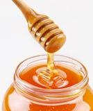 Louche de miel et plein bac de miel Image libre de droits