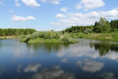 Сlouds reflekteras i sjön Fotografering för Bildbyråer