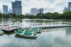Louer le bateau pour ramer en parc, Bangkok Thaïlande images libres de droits