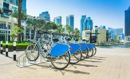 Louez un vélo dans la marina de Dubaï photographie stock