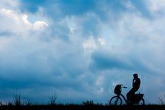 Louez un vélo et dites bonjour au ciel image stock