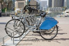 Louez un v?lo dans la marina de Duba? photos stock