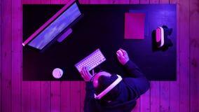 Lough diabolico del gamer arrabbiato mentre giocando sul computer Gamer impressionabile video d archivio